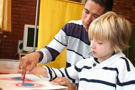 Maximilian arbeitet mit seinem Schulbegleiter Christopher